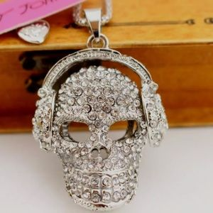 💀 NWT paved skull with headphones necklace